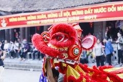 Cada año, en el 4to día del 1r mes lunar, el pueblo de Dong Ky lleva a cabo un festival del petardo Imágenes de archivo libres de regalías