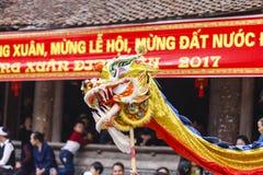 Cada año, en el 4to día del 1r mes lunar, el pueblo de Dong Ky lleva a cabo un festival del petardo Fotografía de archivo