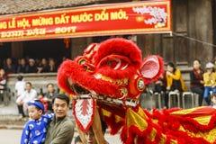 Cada año, en el 4to día del 1r mes lunar, el pueblo de Dong Ky lleva a cabo un festival del petardo Imagen de archivo libre de regalías