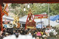 Cada año, en el 4to día del 1r mes lunar, el pueblo de Dong Ky lleva a cabo un festival del petardo Fotos de archivo libres de regalías
