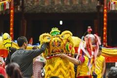 Cada año, en el 4to día del 1r mes lunar, el pueblo de Dong Ky lleva a cabo un festival del petardo Fotografía de archivo libre de regalías