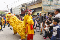 Cada ano, no 4o dia do ø mês lunar, a vila de Dong Ky guarda um festival do foguete Foto de Stock Royalty Free