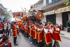 Cada ano, no 4o dia do ø mês lunar, a vila de Dong Ky guarda um festival do foguete Fotos de Stock
