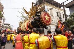 Cada ano, no 4o dia do ø mês lunar, a vila de Dong Ky guarda um festival do foguete Fotografia de Stock