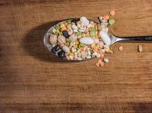 Cada clase de legumbres dentro de una cuchara Imagenes de archivo