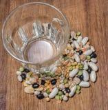 Cada clase de legumbres en una tajadera de madera Imagen de archivo