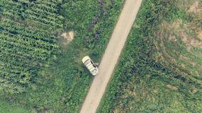 Cada giù la vista di un'automobile parcheggiata lungo la strada del campo Immagine Stock Libera da Diritti