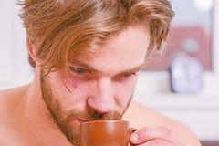 Cada mañana con su café Taza machista hermosa barbuda del control del hombre de café Tiempo del mejor para comer su taza de café  fotografía de archivo libre de regalías