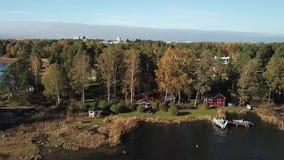 Cada otoño viene, los colores y es común aquí en el archipiélago de Finlandia almacen de video