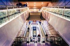 Cada persona del día utiliza las escaleras móviles en Copenhague, Dinamarca, para ir abajo a la estación de tren Fotografía de archivo