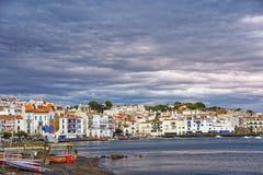 Cadaques和城市靠岸有港口视图在夏天 库存照片