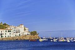 Cadaques和港口城市在夏天 免版税库存照片