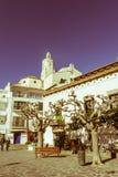 Cadaques西班牙地中海村庄,与教会圣诞老人M 库存图片