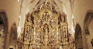 Cadaques, επαρχία Girona, Καταλωνία, Ισπανία - 14 Μαΐου 2018: Βωμός της εκκλησίας της Σάντα Μαρία απόθεμα βίντεο