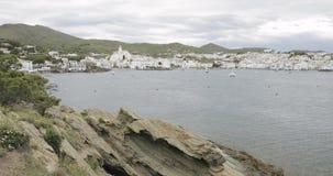 Cadaques, επαρχία Girona, Καταλωνία, Ισπανία Πανοραμική άποψη από τη θάλασσα απόθεμα βίντεο