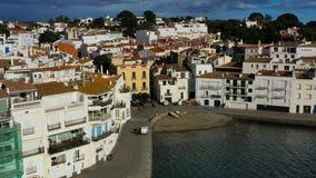 Cadaques Hiszpania Powietrzny trutnia materiał filmowy kamera zbliża się miasto Pogodny światło dzienne zbiory
