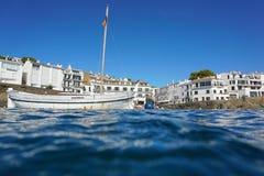 Cadaques nadmorski wioski linia brzegowa z łódkowatym Hiszpania Zdjęcia Stock