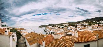 Cadaques, província de Girona, Catalonia, Espanha Arquitetura da cidade da vista panorâmica fotografia de stock