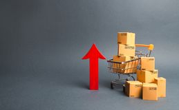 Caddie avec des boîtes en carton et rouge vers le haut de flèche Croissance en gros et au détail Amélioration du sentiment du con images libres de droits
