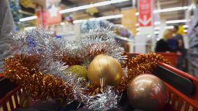 Caddie avec des décorations de Noël Concept d'achats de Noël et de bonne année banque de vidéos