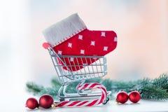 Caddie avec la chaussette et le lolipop de Noël Photos libres de droits