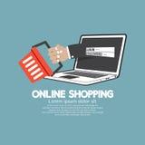 Caddie avec le concept en ligne d'achats d'ordinateur portable Image libre de droits