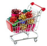 Caddie avec les cadres de cadeau colorés de Noël Image libre de droits