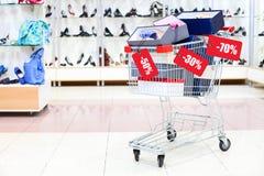 Caddie complètement des cadres de chaussure avec l'étiquette de vente Images libres de droits