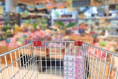 Caddie dans le supermarché Image stock
