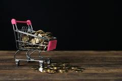 Caddie ou chariot à supermarché avec le carnet d'ordinateur portable sur le wor Photographie stock