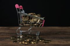 Caddie ou chariot à supermarché avec le carnet d'ordinateur portable sur le wor Photo stock
