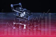 Caddie ou chariot à supermarché avec le carnet d'ordinateur portable sur le wor Images stock