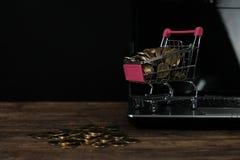 Caddie ou chariot à supermarché avec le carnet d'ordinateur portable sur le wor Image stock