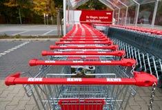 Caddies de la chaîne de supermarchés allemande, Rewe Images stock
