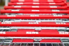 Caddies de la chaîne de supermarchés allemande, Rewe Image stock