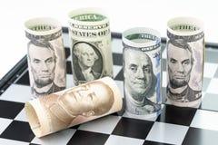 Cade il surrund del rotolo della banca della Cina dalle banconote del rotolo del dollaro americano sopra Fotografia Stock Libera da Diritti
