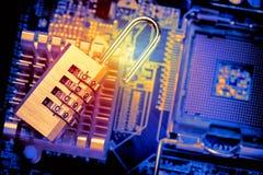 Cadeado aberto no cartão-matriz do computador Conceito da segurança da informação da privacidade de dados do Internet Imagem toni imagens de stock