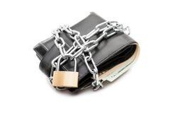 Cadeado Chain na carteira de couro completamente do dinheiro da moeda do dólar Fotografia de Stock