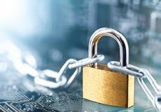 Cadeado com a corrente na placa de circuito impresso eletrônica A TI, proteção do Internet, segurança do computador Segurança da  fotos de stock royalty free