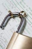 Cadeado com duas alianças de casamento no close-up do ato da união Imagem de Stock