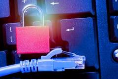 Cadeado com fim do cabo da rede Ethernet acima no teclado de computador Conceito da segurança da informação da privacidade de dad foto de stock