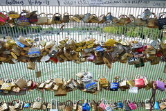 Cadeado do amor da ponte de Passerelle Solferino. Foto de Stock