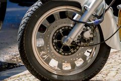 Cadeado do número da segurança que obstrui a roda da motocicleta na rua fotos de stock royalty free
