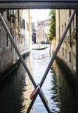 Cadeado dos amantes colocados na ponte Fotos de Stock