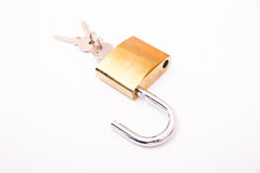 Cadeado dourado destravado e chave Imagens de Stock