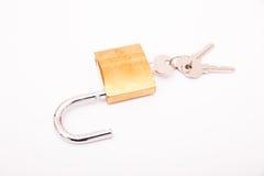 Cadeado dourado destravado e chave Foto de Stock Royalty Free