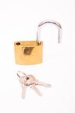 Cadeado dourado destravado e chave Fotografia de Stock
