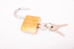 Cadeado dourado destravado e chave isolados no fundo branco, Fotos de Stock Royalty Free