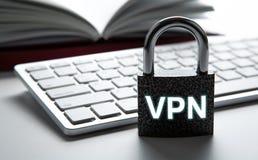 Cadeado durável com inscrição VPN com a segurança do Internet do teclado de computador imagem de stock royalty free