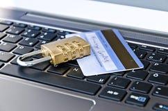 Cadeado e cartão de operação bancária que encontra-se no teclado de computador que simboliza a operação bancária em linha ou a co imagem de stock royalty free